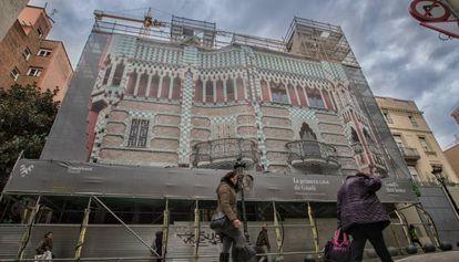 Fachada de la Casa Vicens de Gaudí en obras para abrirla al público el próximo otoño.