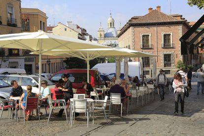 En el barrio de La Latina, como en tantas otras zonas del centro de Madrid, las terrazas de los bares y cafeterías ocupan parte de las aceras, mientras los coches, aparcados y en circulación dominan la calzada. |