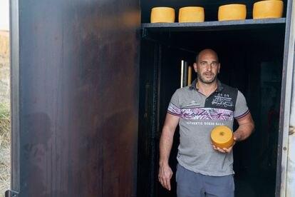Gorka Azurmendi, en la chabola donde ahúma algunos de los quesos Idiazabal que produce.