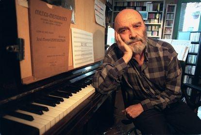 El compositor Luis de Pablo, en su estudio en el año 2000.