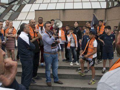 Seguidores del RWS Bruxelles protestan contra la federación.