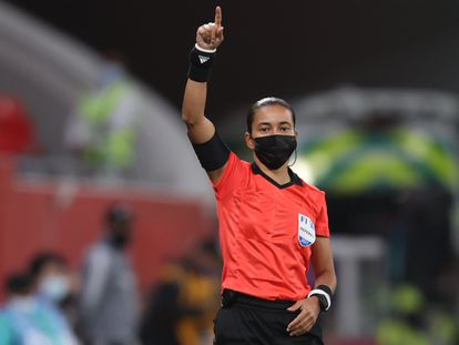 Edina Alves fue el cuarto árbitro en el partido entre los Tigres, de México, y el Ulsan Hyundao surcoreano este jueves en el Mundial de Clubes de Qatar.