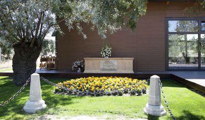 La tumba de la supuesta vidente Amparo Cuevas, en El Escorial.