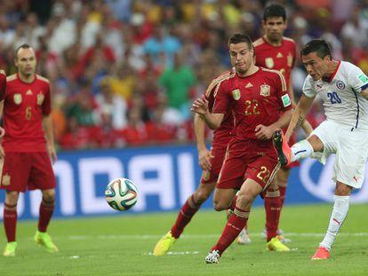 Aránguiz dispara para marcar el segundo gol.