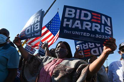 Partidarios de Joe Biden celebran su victoria en las elecciones presidenciales, frente al Chase Center de Wilmington (Delaware) el sábado.