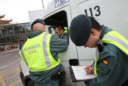 Un conductor es sometido a una prueba de alcoholemia.