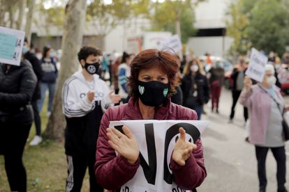 Una manifestante protesta contra las medidas del gobierno regional madrileño, a principios de octubre.