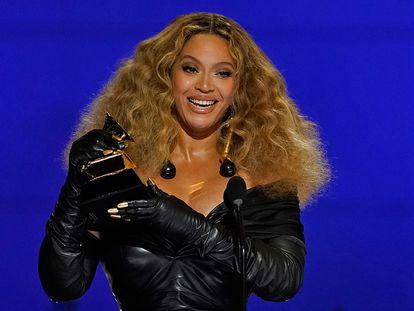 Beyoncé, al recibir su Grammy, el domingo en el Centro de Convenciones de Los Ángeles (California).