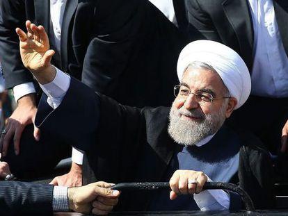 El presidente iraní, Hassan Rohani, saluda a sus seguidores en la ciudad de Malard, el pasado martes.