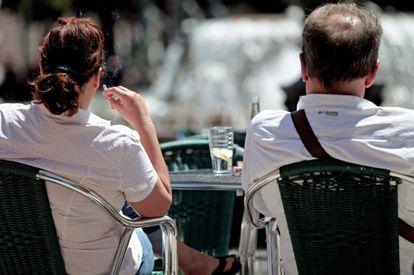 Una mujer fuma sentada en una terraza de Valencia.