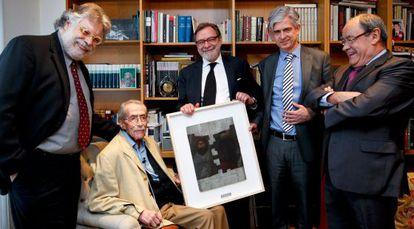 Joaquín Estefanía, Juan Luis Cebrián, Javier Moreno y Jesús Ceberio haciendo entrega del Premio a la trayectoria profesional a Jesús de la Serna.