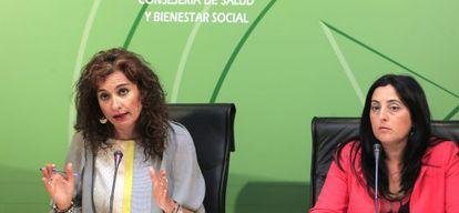La consejera de Sanidad y Bienestar, María Jesús Montero junto a la directora general de Servicios Sociales, Magdalena Sánchez