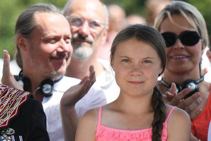 Greta Thunberg, con sus padres, Malena Ernman y Svante Thunberg, en Normandía.
