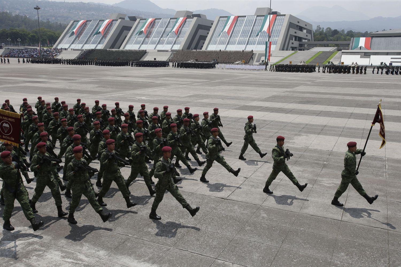 Soldados marchan durante una ceremonia de graduación, en 2016.