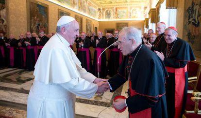 El Papa Francisco saluda a Antonio María Rouco, el 3 de marzo de 2014 durante una recepción en el Vaticano.