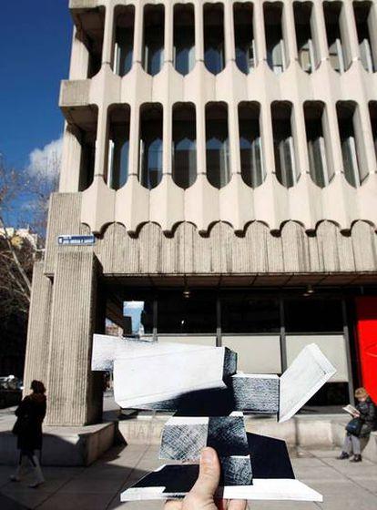 Un boceto de la escultura, situado donde se la habría colocado frente al edificio en la actualidad.