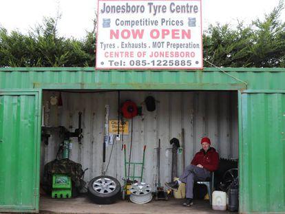 Eamonn Conway, en su taller de neumáticos a las afueras de Jonesborough, en la frontera sureste de Irlanda.