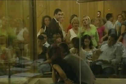 Momento en el que la hermana de Miguel Ángel Blanco abandona la sala insultando a los acusados.