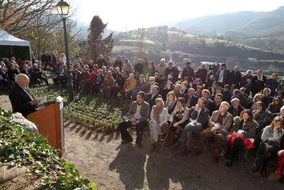 El actor francés Michel Piccoli se dirige a los asistentes al homenaje a Jorge Semprún, ayer en el cementerio de Biriatou (Francia).