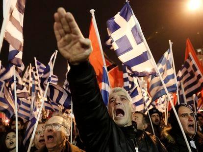 Seguidores del grupo de extrema derecha Aurora Dorada en Atenas, en octubre de 2014.