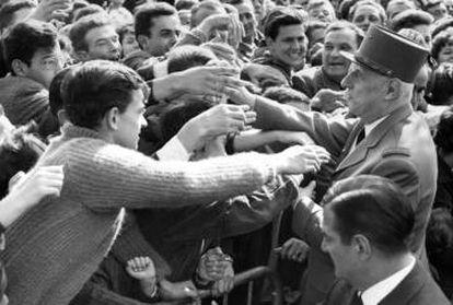 Una multitud en Besancon aclama al general De Gaulle en 1963.