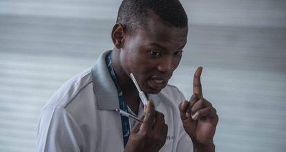Un doctor explica a un paciente el uso del kit de autoevaluación de VIH desarrollado por estudiantes de la Universidad de Witwatersrand en Hillbrow, Johannesburgo.