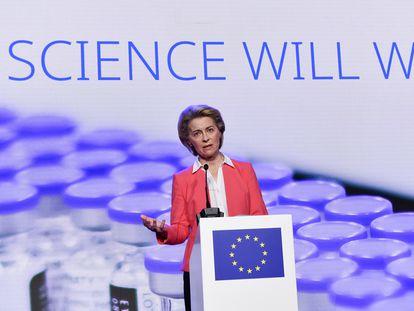 La presidenta de la Comisión Europea, Ursula von der Leyen, en una visit este viernes a la fábrica belga de Pfizer.
