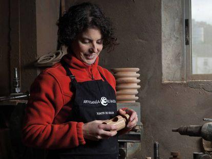 Isabel Neira Neira sujetando uno de los cascanueces diseñado por ella.