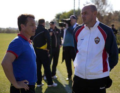 Granero charla con Onopko durante un entrenamiento del CSKA.