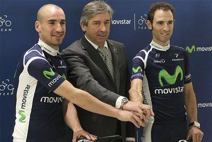 Los corredores Juanjo Cobo y Alejandro Valverde, junto al director del Movistar, Eusebio Unzue.
