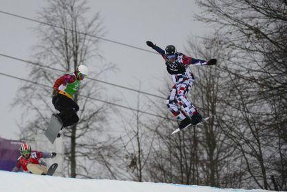 Eguibar, en el aire a la izquierda, junto al ruso Olyunin, en la semifinal.
