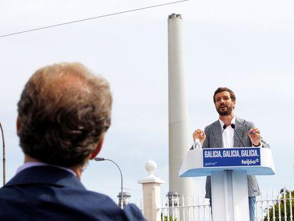 Alberto Núñez Feijóo escucha a Pablo Casado en un mitin en As Pontes (A Coruña) el pasado sábado.