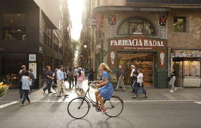 Una ciclista por las calles de Barcelona.