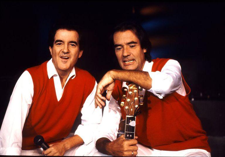 Manuel de la Calva y Ramón Arcusa, el Duo Dinámico, durante un descanso en la grabación de un programa de RTVE, 1992.