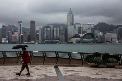 Un hombre pasea por la bahía de Hong Kong, un día después de que el Gobierno chino diera a conocer la ley de Seguridad Nacional que prevé para la ciudad