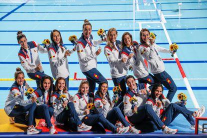 Las jugadoras españolas de waterpolo femenino celebran tras conseguir la medalla de plata durante los Juegos Olímpicos de Tokio 2020 este sábado en el Centro de Waterpolo de Tatsumi en Tokio (Japón). EFE/ Lavandeira Jr