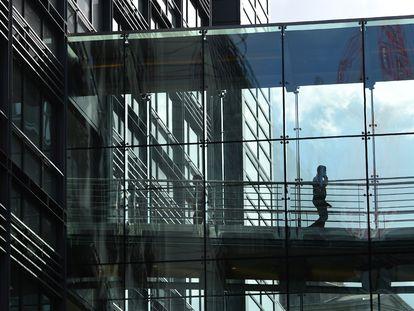 Un hombre camina por el interior del edificio de Goldman Sachs, en Londres en 2016.