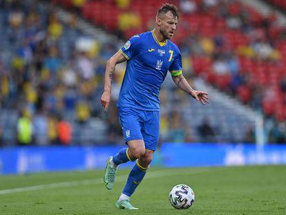 El capitán de Ucrania, Andriy Yarmolenko, conduce el balón en el partido de octavos de final contra Suecia el pasado martes.