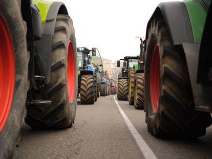 Dos filas de tractores recorren las calles de Toledo, durante la manifestación de agricultores y ganaderos de este martes.