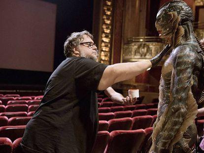 Guillermo del Toro, en el rodaje de 'La forma del agua', junto con el actor Doug Jones, en la piel del monstruo protagonista.