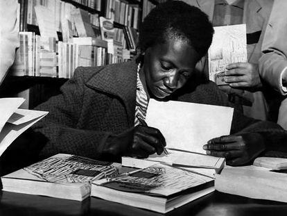 Carolina Maria de Jesus firma ejemplares de su libro en 1960.
