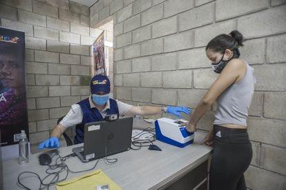 Registro biométrico de migrantes venezolanos en la frontera colombiana.