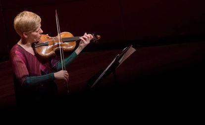 Isabelle Faust tocando su violín barroco construido por Jacobus Stainer.