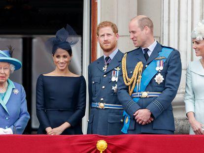 De izquierda a derecha, Isabel II, Meghan Markle, Enrique y Guillermo de Inglaterra y Kate Middleton, en un balcón del palacio de Buckingham, Londres, en julio de 2018.