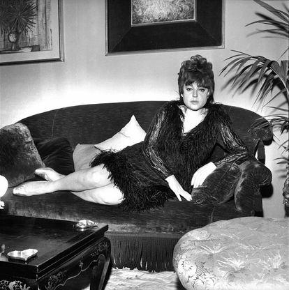 Régine Zylberberg fotografiada en su casa de París en 1965.