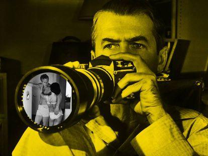 ¿Es legal estar sin ropa en tu casa, aunque puedan verte los vecinos? Según la ley, sí. En la imagen, una composición en la que aparece James Stewart en 'La ventana indiscreta', con una imagen de Steve McQueen y su esposa tomada en su casa en 1963.