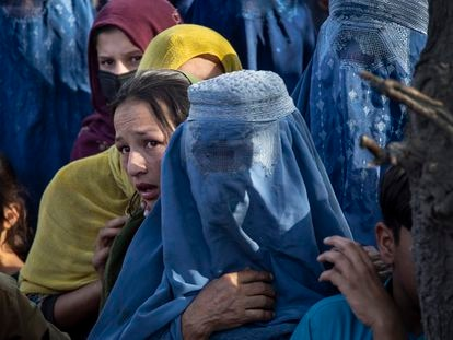 Mujeres afganas desplazadas por el avance talibán en un campo de Kabul.