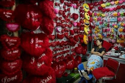 La trabajadora de una tienda dormita en Yiwu, China, en septiembre de 2015.