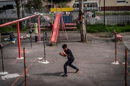 Un joven entrena boxeo en el parque Plutarco Elias Calles.