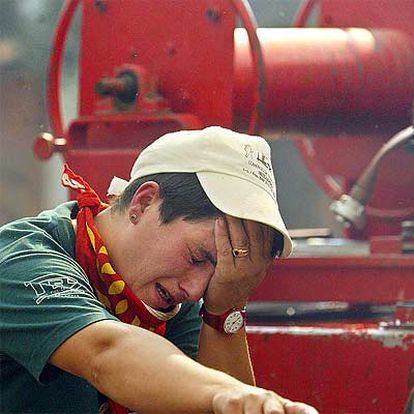 Una mujer del servicio de extinción llora en el incendio de Casar de Serra, en Abrantes
